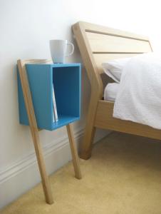 tables de nuit design. Black Bedroom Furniture Sets. Home Design Ideas