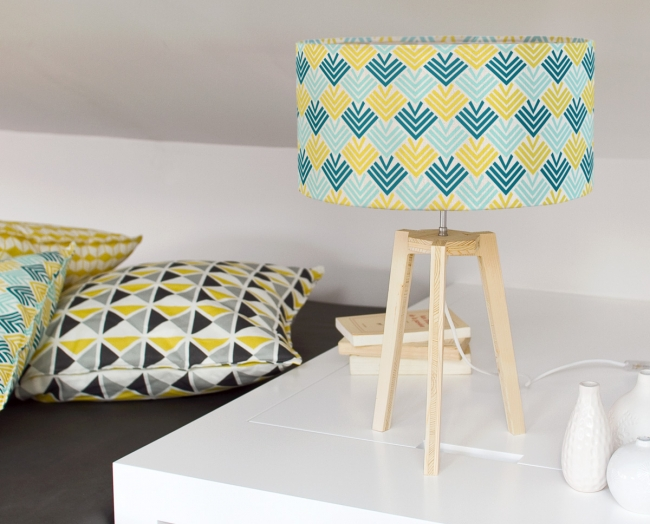 grande-lampe-entrelacs-jaune-bleu-trepied-bois