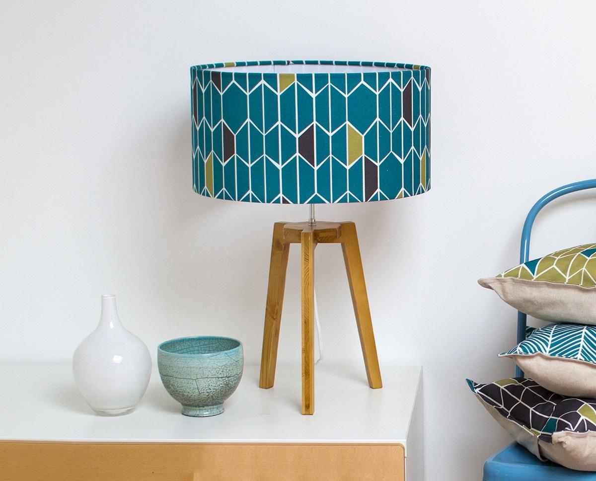 grande-lampe-sur-pied-olivine-bleu-motif-graphique-trepied