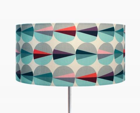 lampadaire-grand-abat-jour-eclat-gris-bleu-rouge-rose-design-scandinave