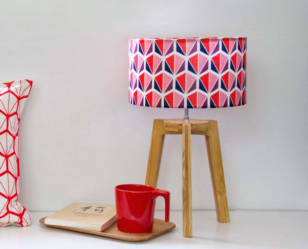 petite-lampe-trepied-facettes-rouge-lampe-design