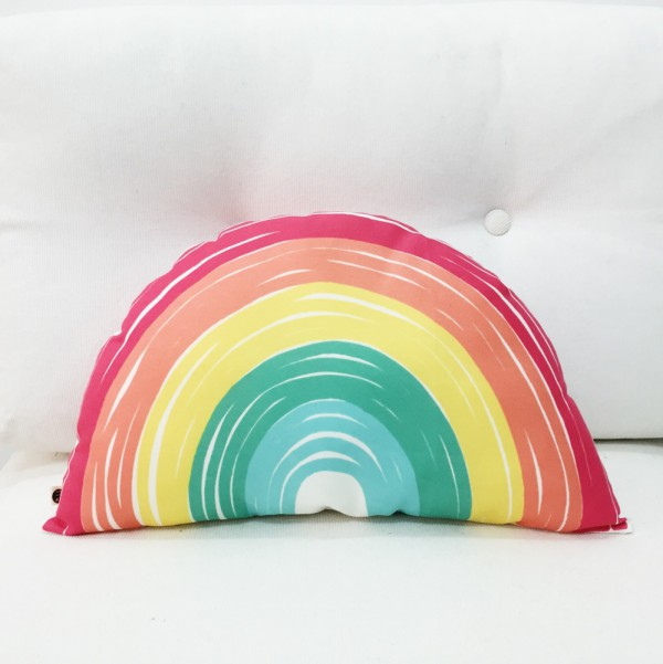 Coussin-design-To-The-Wild-arc-en-ciel